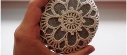 Kamienie w szydełkowych kubraczkach